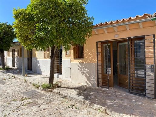 Tenemos a la venta este bonito piso en Palma. Situada en el corazón de Santa Catalina, uno