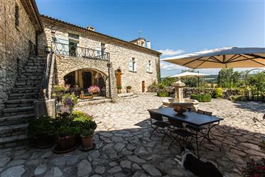 Bastide du 17ème siècle, divisée en 4 logements indépendants...