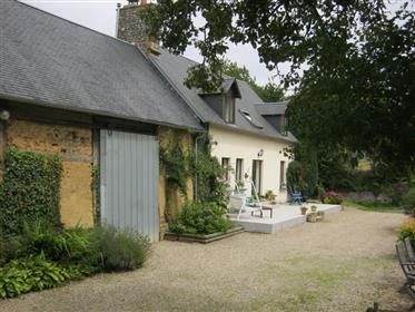 Ancienne ferme en pierre qui a été rénové et agrandi à une extrémité, avec l'ancienne grange d'origi
