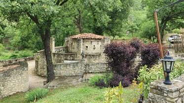 In the heart of the Luberon, on 2 hectares of landscaped gar...