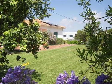 Moradia com vista sobre a praia do Bom Sucesso e lagoa de Óbidos, banhada de sol e maresia