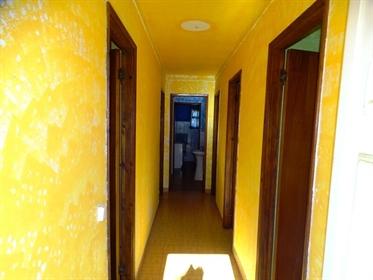 Moradia T2, térrea, localizada em Eiras (Caldas da Rainha), com garagem contígua e sótão,
