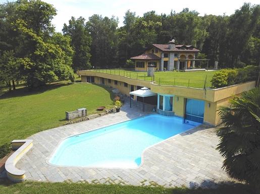 Magnifica villa in vendita ad Agrate Conturbia
