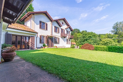 Refined detached house for sale on the Maggiore Lake upon the hill of Stresa, situated in