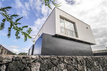 Moradia T3 de arquitetura contemporânea