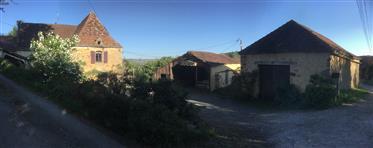 Uma charmosa fazenda perto de Sarlat com prédios e pastagens para cavalos.