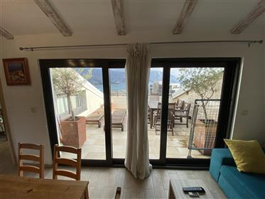 Stylishly renovated top floor apartment with amazing views!