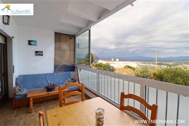 Apartamento con piscina, parking y vistas sobre la Bahía de Roses.