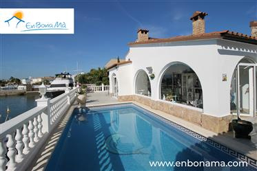 For Sale Property in the best residential area in Roses, Santa Margarita, on the canal en Carrer de