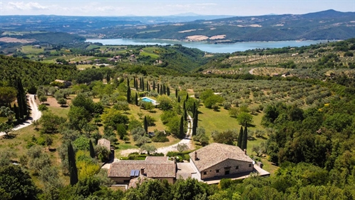Country House With Lake View, Orvieto, Terni – Umbria Country house with land and swimming...