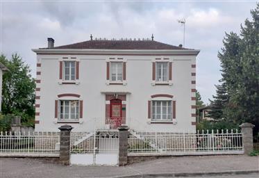 Casa burguesa, no centro da cidade,