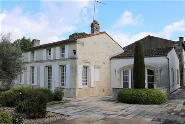 Superbe propriété avec piscine intérieure et maison annexe