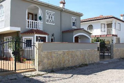 Villa on 2 floors with 3 bedrooms, 2 bathrooms, 2 toilets. Plot of 475 m2. 200 m from the
