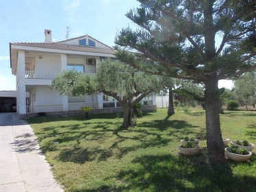 Alcanar Beach. Magnificent chalet of two plants of 300 m2 each one and a plot of 1.600 m2.