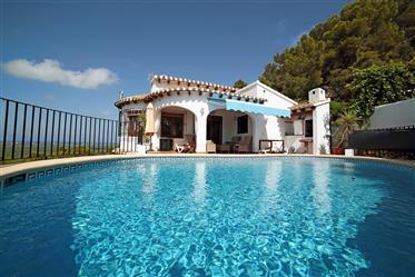 Villa de 4 dormitorios con apartamento de huespedes, piscina...