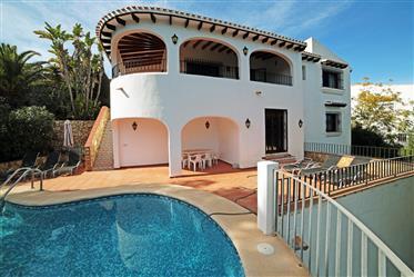 Villa de 3 dormitorios con piscina y vista al mar en Monte Pego