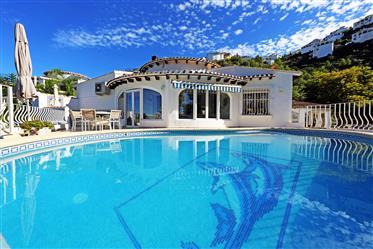 Villa de dos dormitorios con piscina privada y vista al mar