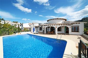 Villa de 3 dormitorios con piscina y vistas al mar en Monte Pego