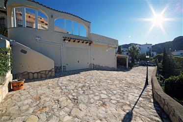 Gran villa soleada con piscina y vistas panorámicas