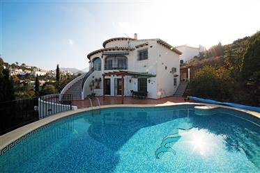 Hermosa villa de 4 dormitorios con fantásticas vistas al mar