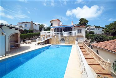 Villa de 4 dormitorios con apartamento independiente y piscina en Javea