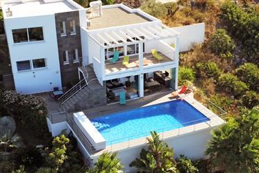 Hermosa villa contemporánea con vistas panorámicas al mar y a las montañas
