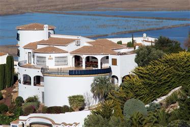 Gran villa de 5 dormitorios con apartamento independiente en Monte Pego