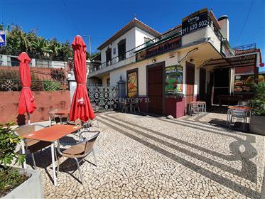 Moradia tradicional madeirense com espaço comercial
