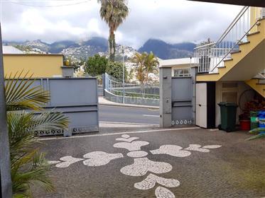 Moradia T3 situada no Funchal, com design moderno e detalhes únicos.