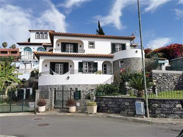 Moradia T4 localizada no Caniço de Baixo