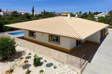 Rymlig villa med 4 sovrum på en våning med pool i landsbygden i Portimão