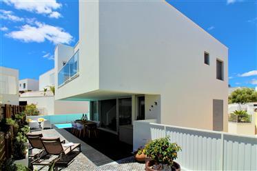 Luxuriöse, moderne möbilierte Villa mit beheiztem Pool in Ferragudo