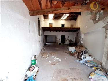 Moradia com garagem para 4 carros, na Baixa de Faro