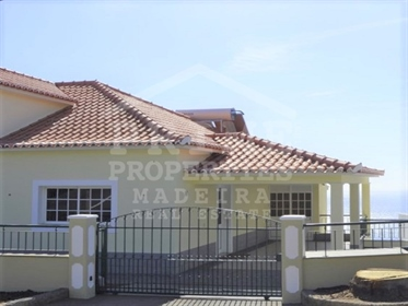 Vende-Se moradia T3 em Zimbreiros Ribeira Brava com vistas espectaculares.