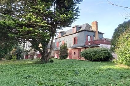 A vendre manoir du 18ème siècle et dépendances sur 7 hectares à 10 minutes de Rennes, Ille et Vilain