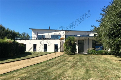 Beautiful and bright architect-designed house for sale in a privileged environment. Cotes d'Armor