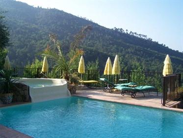 A une petite demi-heure de Nice près de Contes se trouve cette agréable villa de 280 m2 ha