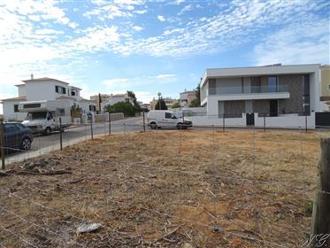 Lote de terreno com 930 m2 para construção de moradia térrea