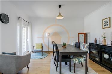Luminoso e renovado apartamento T3 com varanda no centro da Amadora (Venteira)