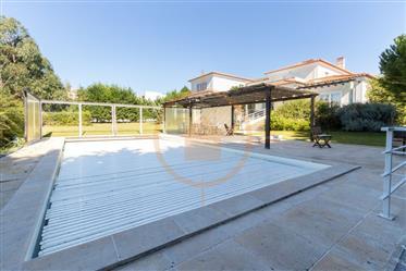 Moradia T6 com piscina e garagem no Belas Clube de Campo