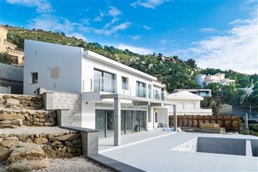 Casa nueva con vista panorámica al mar y piscina