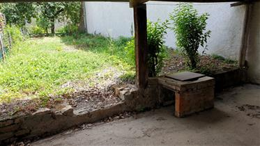 Très petite maison avec jardinet. Proche Saint Gengoux le Na...