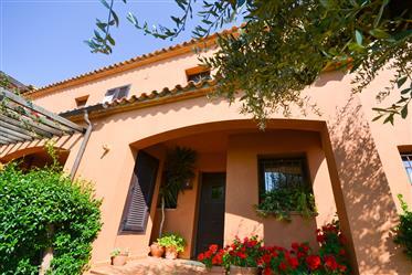 Preciosa Casa Esquinera En Begur