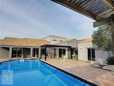 Villa de standing de 250m2 au calme, avec piscine, à 10 minutes des ports