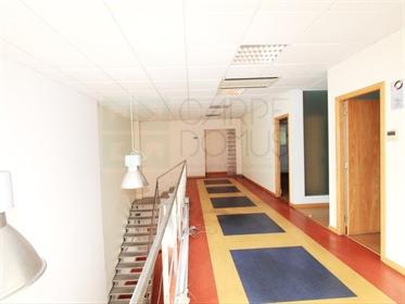 Kantoor met magazijn voor diensten en industrie met 508m2 in Ramalhal, Torres Vedras