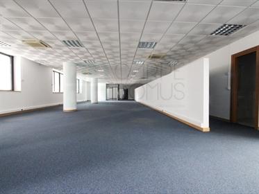 Espaçoso e funcional espaço comercial, no centro de Alverca