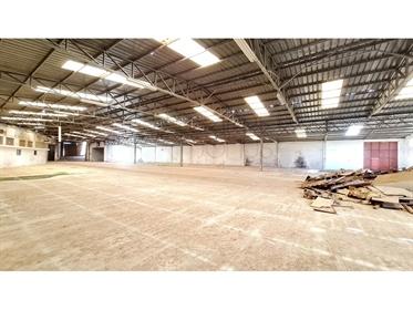 Amplo armazém industrial, em Leiria
