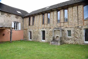 Château rural du 17e de 967 m2 sur 2 hectares avec bois