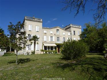 Château du 18 ème siècle à rénover, dépendances sur 2,7 hectares