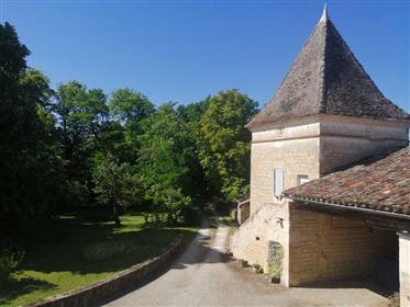 Domaine du 18e, dovecote, outbuildings on 2.6 hect